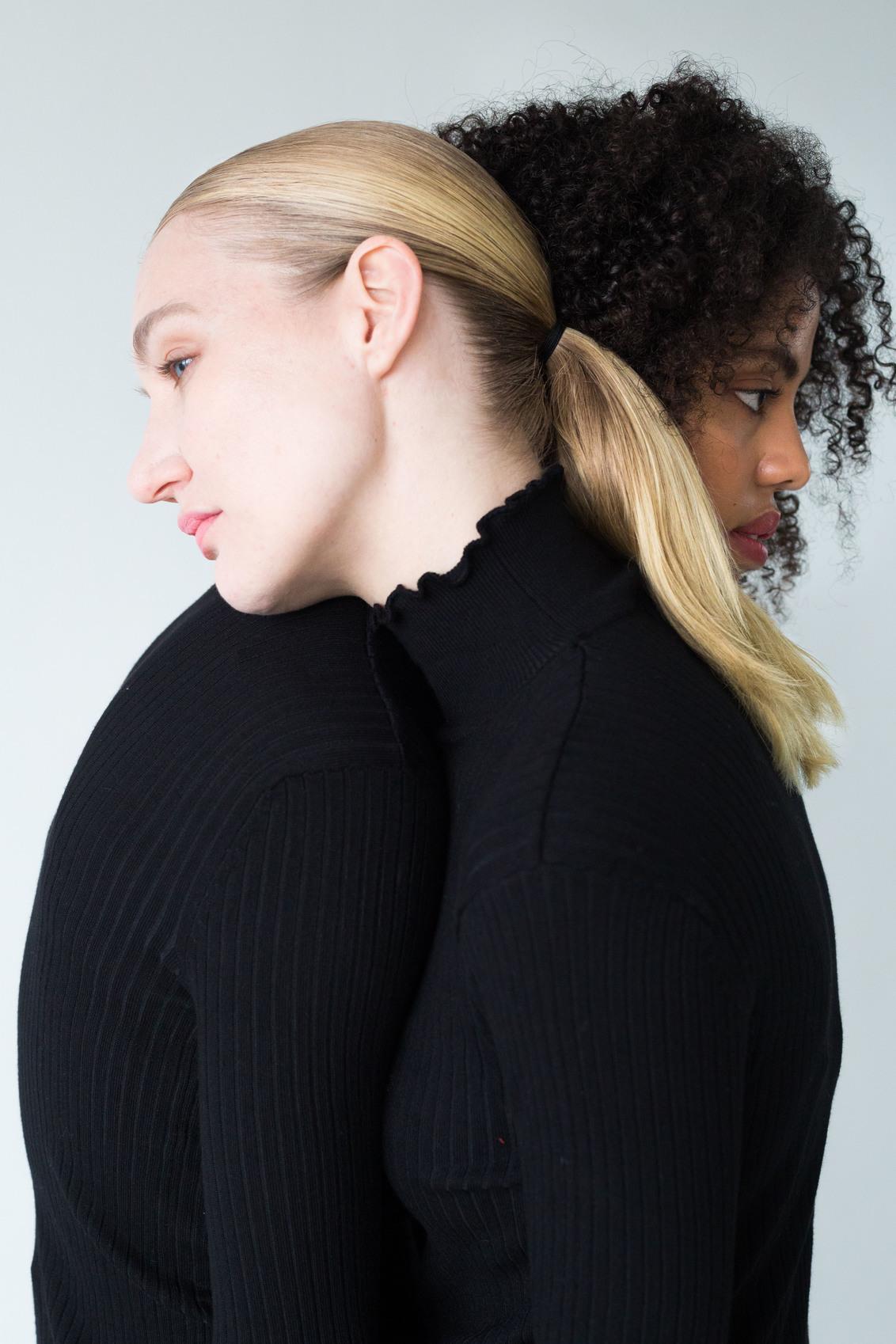 """Together we are... - Voor een concept genoemd """"Together we are..."""" gemaakt  Modellen: Sherise Strang, Richelle van Norden MUA: Xiu Yun yu Styliste: Carmen Teuwen - foto door lk123456789 op 08-01-2018 - deze foto bevat: model, fashion, fotoshoot, fashionfotografie"""