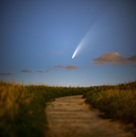 Het pad. - 2e nacht op rij op komeetjacht. Helaas begon de avond met wat bewolking maar na 00:30 trok dat weg en werd de komeet beter zichtbaar. Voor degene die - foto door Corne102 op 12-07-2020 - deze foto bevat: lucht, wolken, zee, panorama, lente, natuur, licht, avond, landschap, duinen, bos, tegenlicht, bomen, zand, bergen, maan, nacht, kust, katwijk, sterren, komeet, lange sluitertijd, neowise