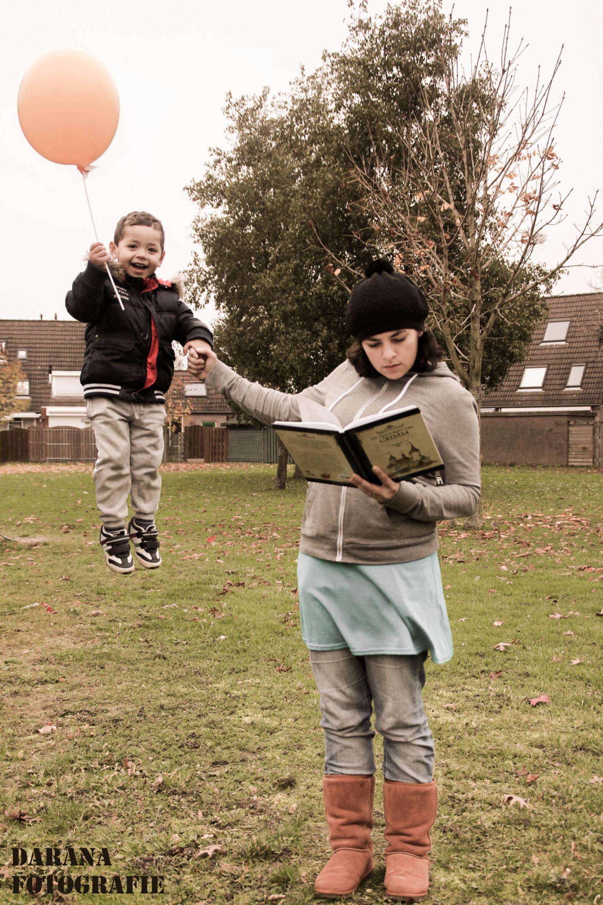 wat een weertje - Eerste poging  zelfportret met mijn zoontje. www.daranafotografie.nl - foto door darana op 29-11-2013 - deze foto bevat: vlieg, herfst, wind, kind, darana, ballon zweef