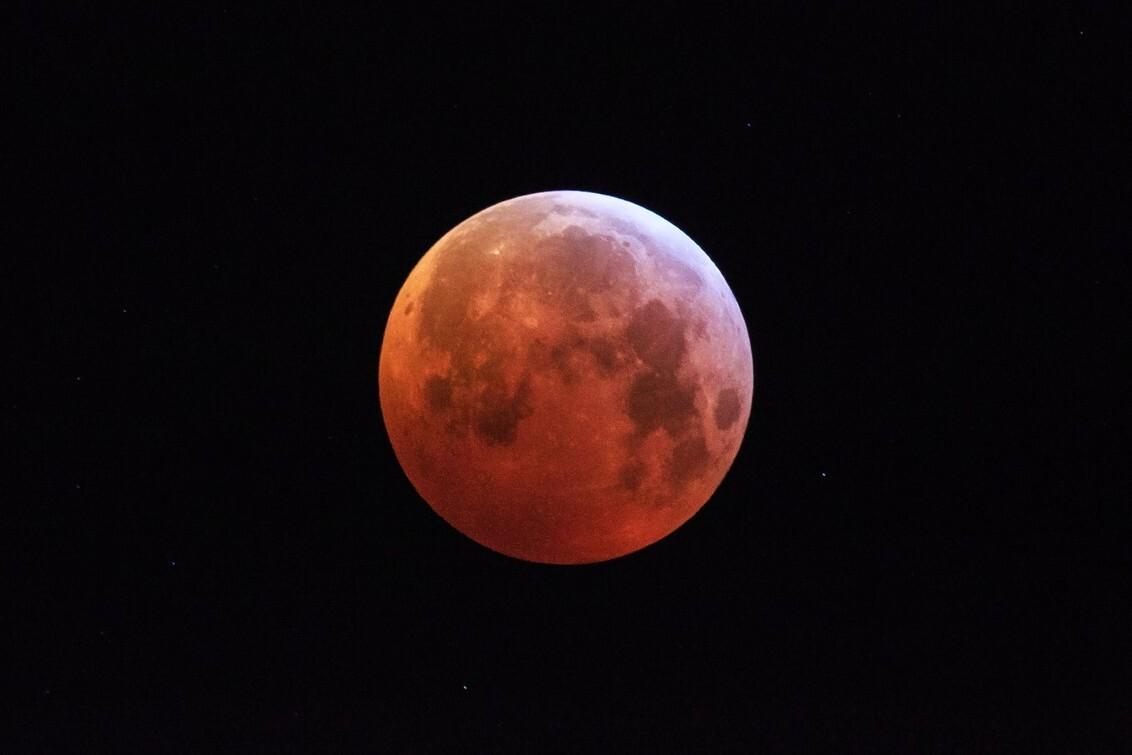 Bloedmaan Amsterdam 2019 - De superbloedmaan maansverduistering in Amsterdam op 21-01-2019  [url]DVDWPHOTOGRAPHY.com[/url]  [url]https://www.facebook.com/DVDWphotography/[/ - foto door dennisvdwater op 21-01-2019 - deze foto bevat: amsterdam, maan, nacht, maansverduistering, lunar, eclipse, bloedmaan, superbloedmaan