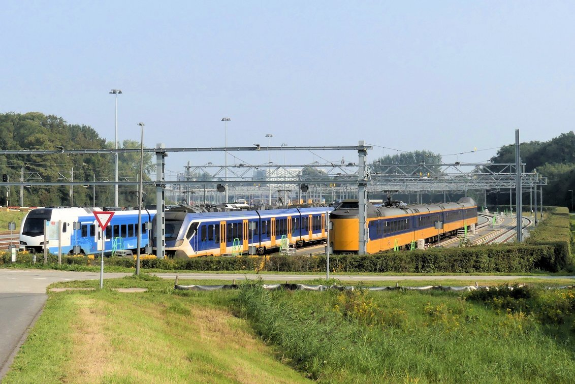 P1120987 Zwolle nr11 nabij spoorbrug 16 sept 2020 (2) - Hallo Zoomers ,GROOT kijken en even lezen . Na de Sassenpoort fietsen wij via het station naar een buitenwijk en komen via een IJsseldijk in de buurt - foto door jmdries op 24-11-2020 - deze foto bevat: kleur, trein, straatfotografie, transport, details, zwolle pk plaats treinen