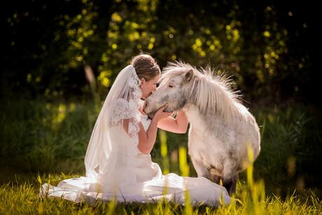 De bruid met haar mini horse