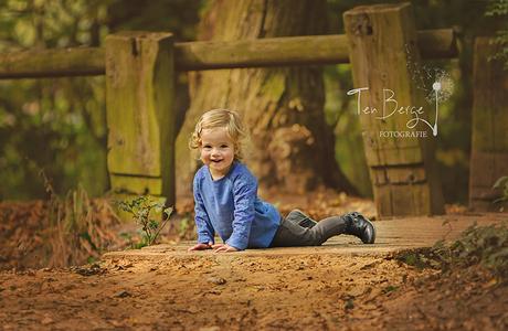 Elisa spelen in het bos