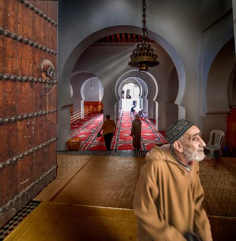 mannetje komt uit de moskee