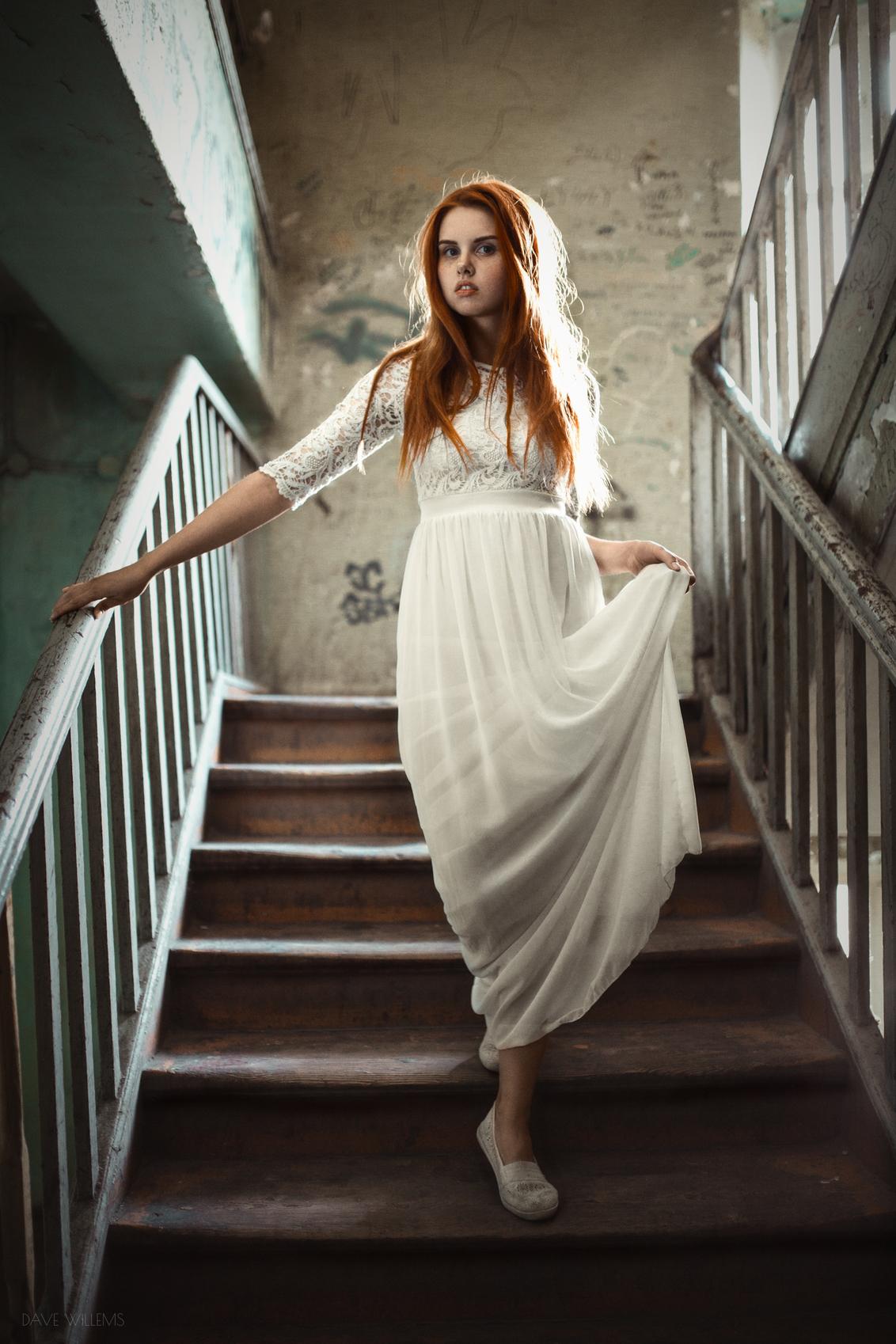 Wiktoria - Een Portret van Wiktoria in een oud trappenhuis in Wroclaw Polen. Lichtbron is natuurlijk licht dat het trappenhuis binnenkomt via een raam. Om de sc - foto door davew op 17-07-2019 - deze foto bevat: amsterdam, old, model, portrait, vintage, ballet, light, beauty, pose, face, dutch, natural, posing, stairs, ballerina, beautiful, pretty, dress, legs, ginger, netherlands, redhead, wroclaw, poland, freckles, red hair, freckle, davewillems, davewillemsphotography, dave willems, modelka