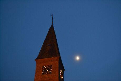 Kerktoren met maan