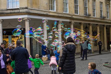Bubble race - In Engeland, stadje Bath - foto door Castanea op 26-01-2017 - deze foto bevat: zeepbellen, bath, bellenblaas, engeland