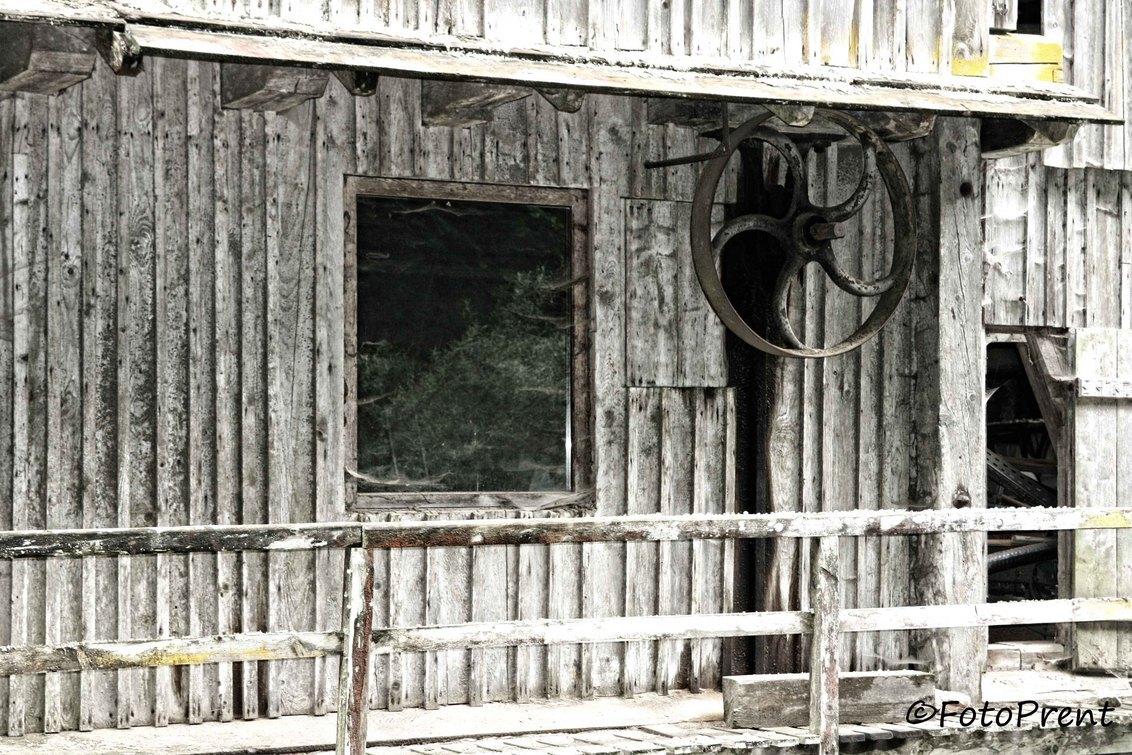 stil en verlaten - Aan een rivier stil en verlaten stond dit huis! - foto door FotoPrent op 15-11-2012 - deze foto bevat: wiel, hout, oostenrijk, huis, verlaten, verweert