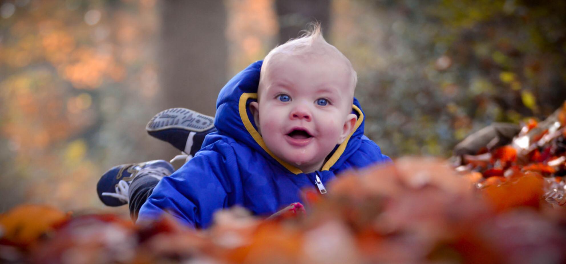 Neefje in het bos - Vorige week zondag lekker het bos weer in geweest met mijn kleine neefje:) - foto door marthinezruit op 30-11-2014 - deze foto bevat: groen, mensen, rood, blauw, bruin, oranje, herfst, schaduw, bos, liefde, daglicht, baby, ogen, lachen, lief, scherpte diepte