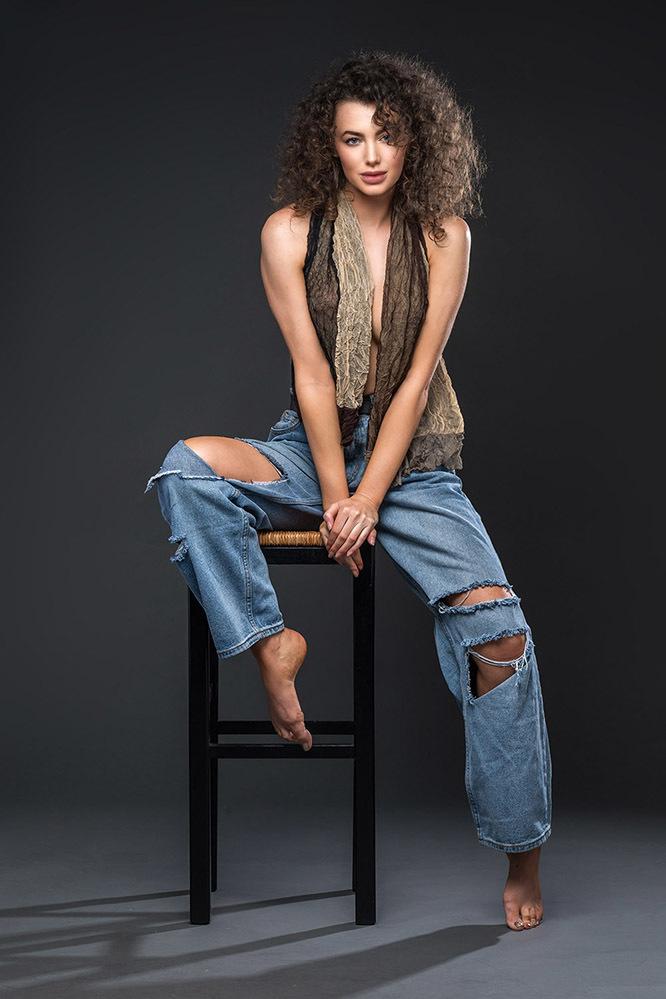 My Jeans - model is Ashleigh Rae - foto door jhslotboom op 26-05-2019 - deze foto bevat: vrouw, portret, model, haar, fashion, beauty, glamour, studio, spijkerbroek, belichting, jeans, mode, brunette, kruk, gaten, sjaal, fashionfotografie