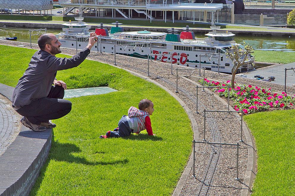 voor ieder wat wils - Terwijl vader een foto neemt kruipt zoonlief richting het spoor! - foto door Maragmar op 23-04-2012 - deze foto bevat: gras, foto, trein, spelen, fotograferen, plezier, ontspanning, veerboot, vader, zoon, kruipen, treinbaan, madurodam, toerist, Den Haag