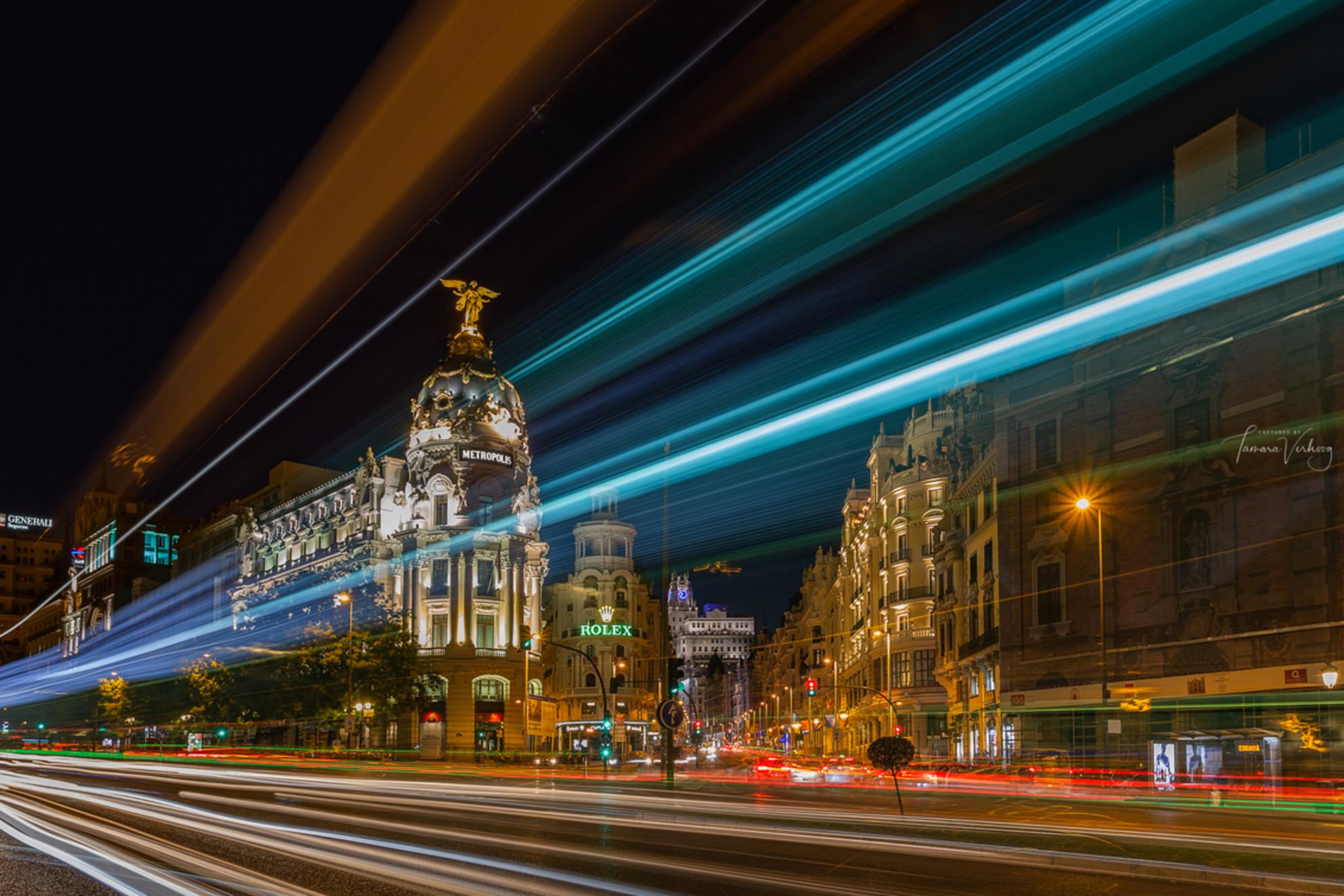 Madrid - De nacht ervoor had ik hier ook al gestaan. Echter was ik mij er niet van bewust dat de verlichting van gebouwen om middernacht uit zouden gaan en ha - foto door tamsanver op 23-07-2018 - deze foto bevat: kleur, architectuur, le, gebouw, stad, cultuur, straatfotografie, madrid, toerisme, reisfotografie, europa