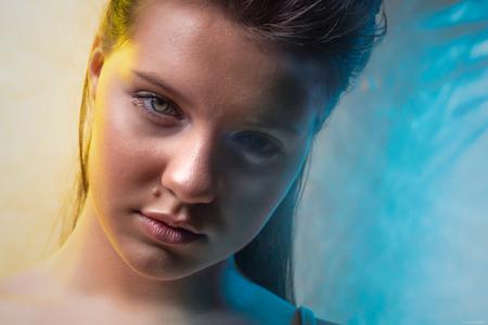 Leona - Muah: Mirjam Meijer - foto door Etsie op 14-05-2020 - deze foto bevat: vrouw, kleuren, licht, portret, model, flits, ogen, haar, beauty, glamour, studio, closeup, fotoshoot, visagie, flitser, strobist, colorgel
