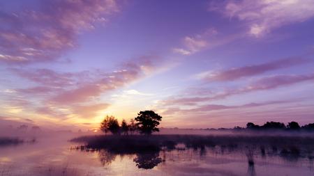 Strabrechtse Heide 79-2 - Een foto van dezelfde prachtige zonsopkomst als de hier voor geplaatse Strabrechtse Heide 82. Het was één van de eerste keren dat ik zulke mooie kleu - foto door Deshamer op 09-05-2015 - deze foto bevat: lucht, wolken, zon, water, lente, natuur, licht, spiegeling, landschap, mist, heide, bos, tegenlicht, zonsopkomst, bomen, meer, ven, heeze, grafven, Strabrechtse heide
