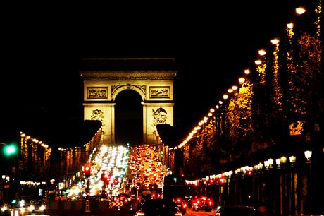 Drukte voor de Arc de Triomphe in Parijs