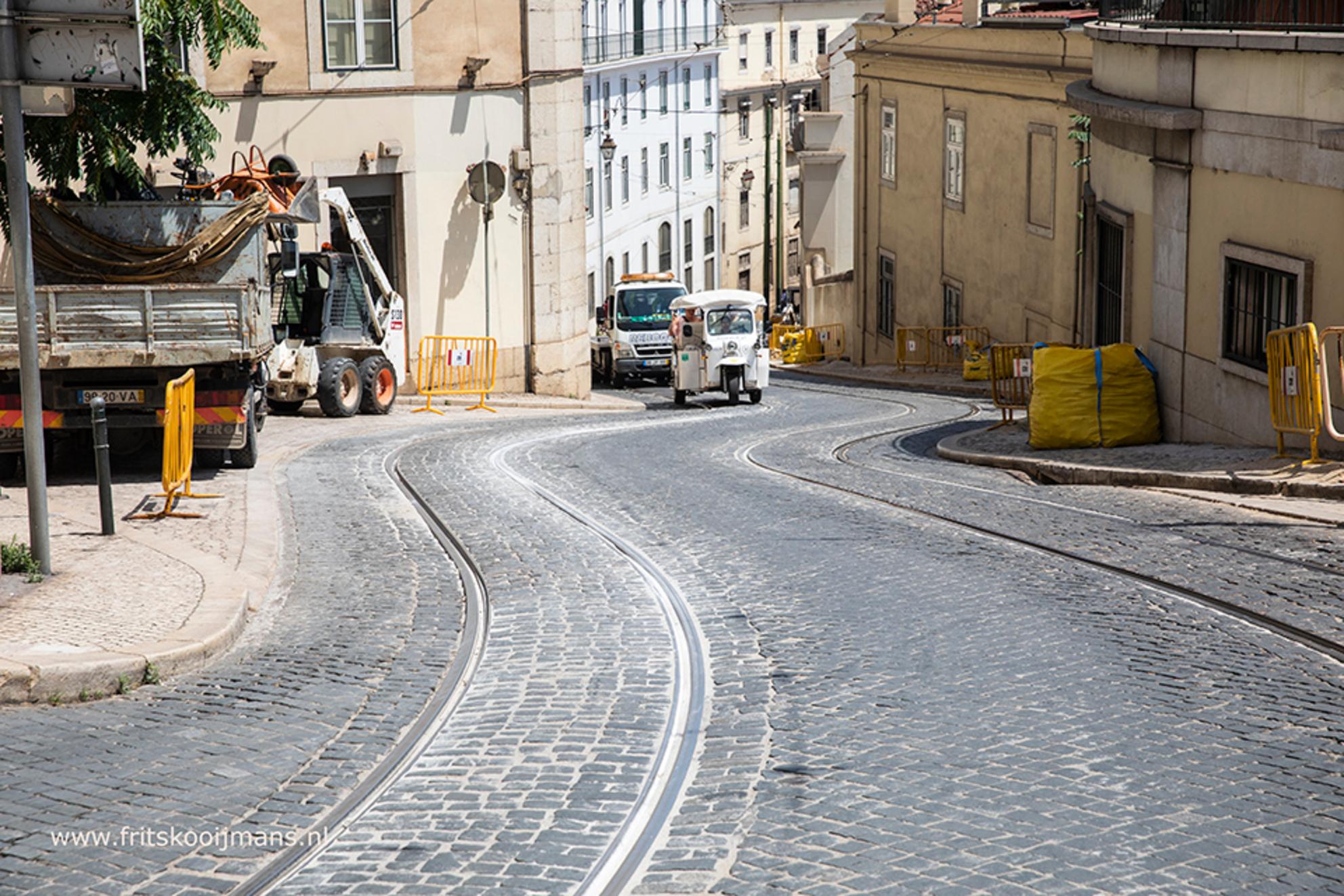 Tram slingerend door Lissabon - 0180620 1162 Tram slingerend door Lissabon - foto door fritskooijmans op 04-10-2018