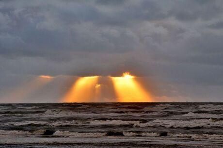 stormachtig aan zee -3-