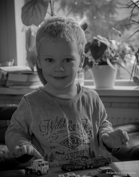 Mijn neefje in Z-W - Deze foto heb ik genomen vorig jaar december bij mijn schoon ouders thuis. ben aan het oefenen met kinderen mooi op de foto te zetten erg leuk om te - foto door sipmaurer op 26-02-2016 - deze foto bevat: portret, kind, ogen, zwartwit, neefje, binnen