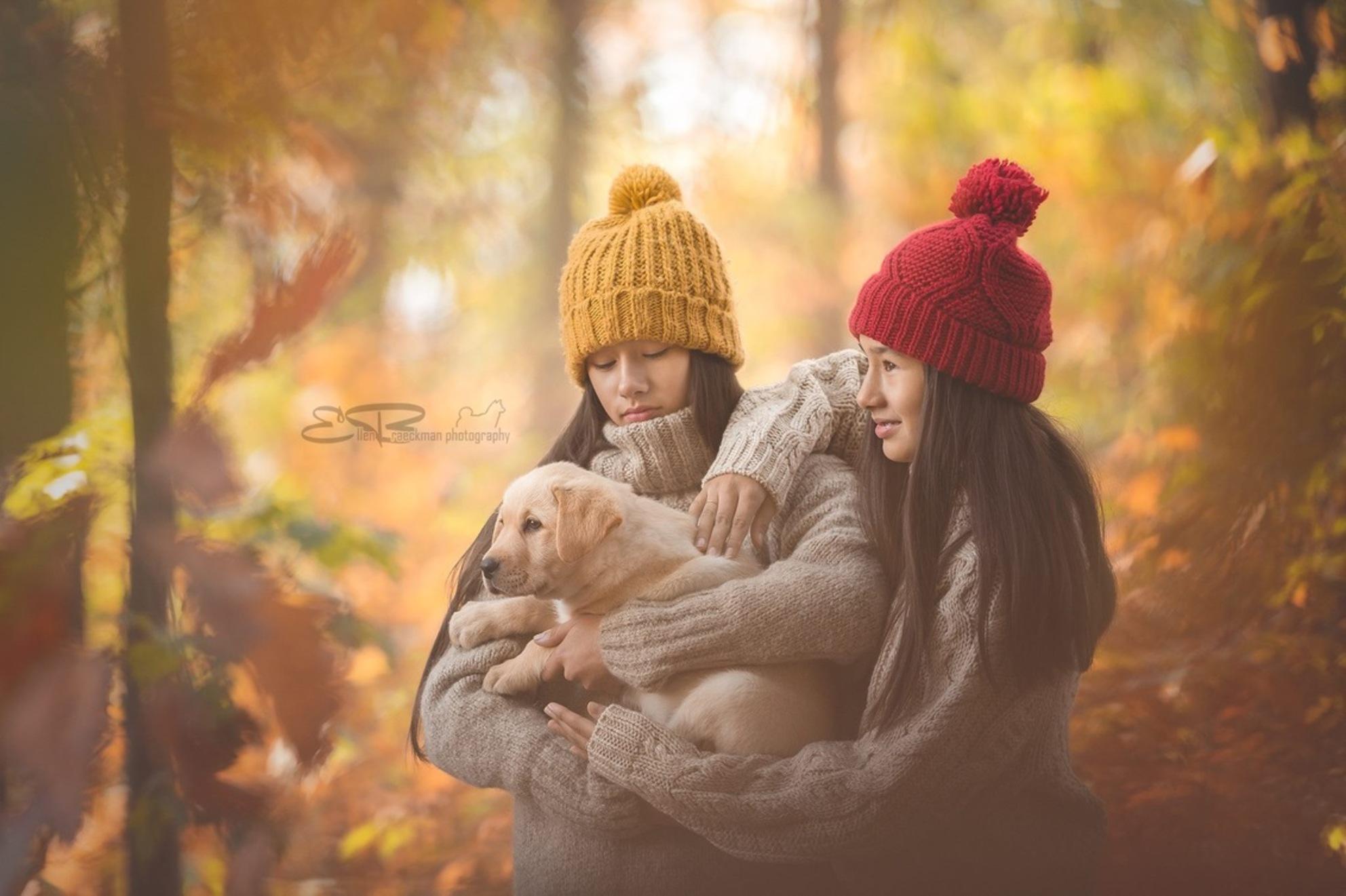 twins - - - foto door ellen-braeckman-photography op 29-10-2018 - deze foto bevat: mensen, herfst, portret, hond, daglicht, kind, kinderen, meisje, tweeling, labrador, fotoshoot - Deze foto mag gebruikt worden in een Zoom.nl publicatie