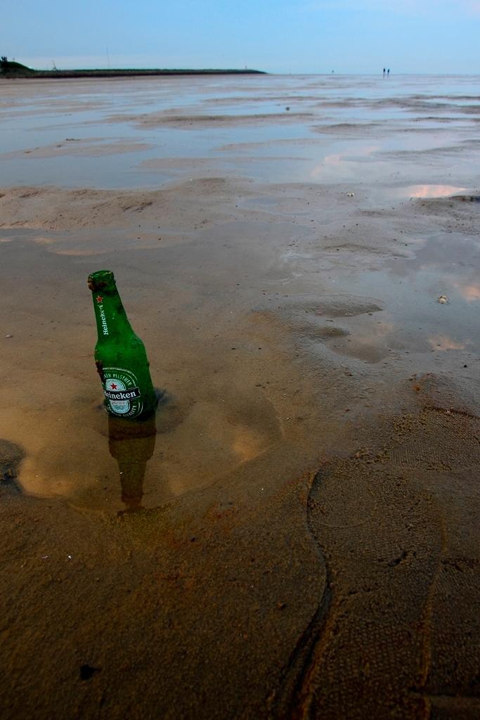 Strand - Genomen op het groene strand op terschelling - foto door bavadi14 op 05-05-2012 - deze foto bevat: strand, zee, flesje