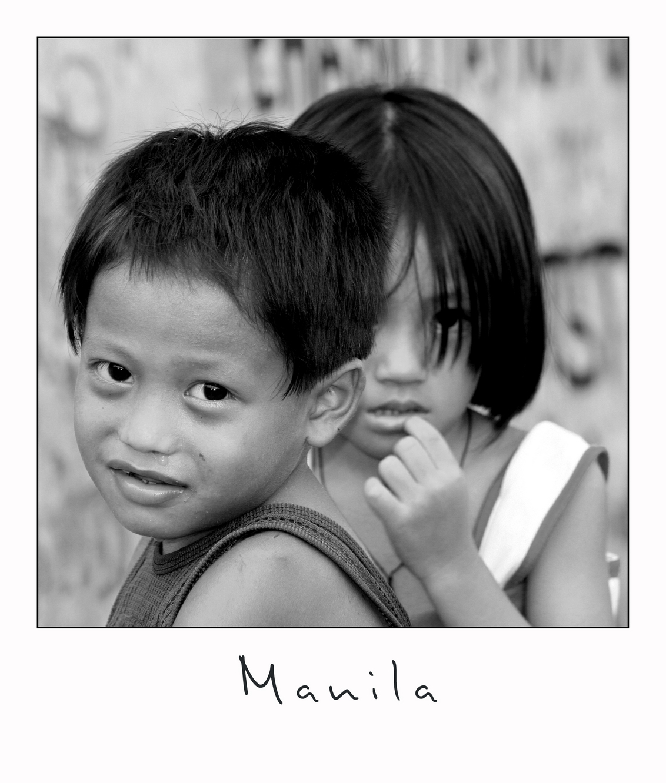 Shy - In Manila zijn er ontelbare arme wijken waar de kinderen op straat de was doen en tussen de golfplaten half in de open lucht slapen zonder ramen of d - foto door lokkjja op 12-07-2009 - deze foto bevat: vakantie, kind, scherpte, verlegen, manila, zwart wit