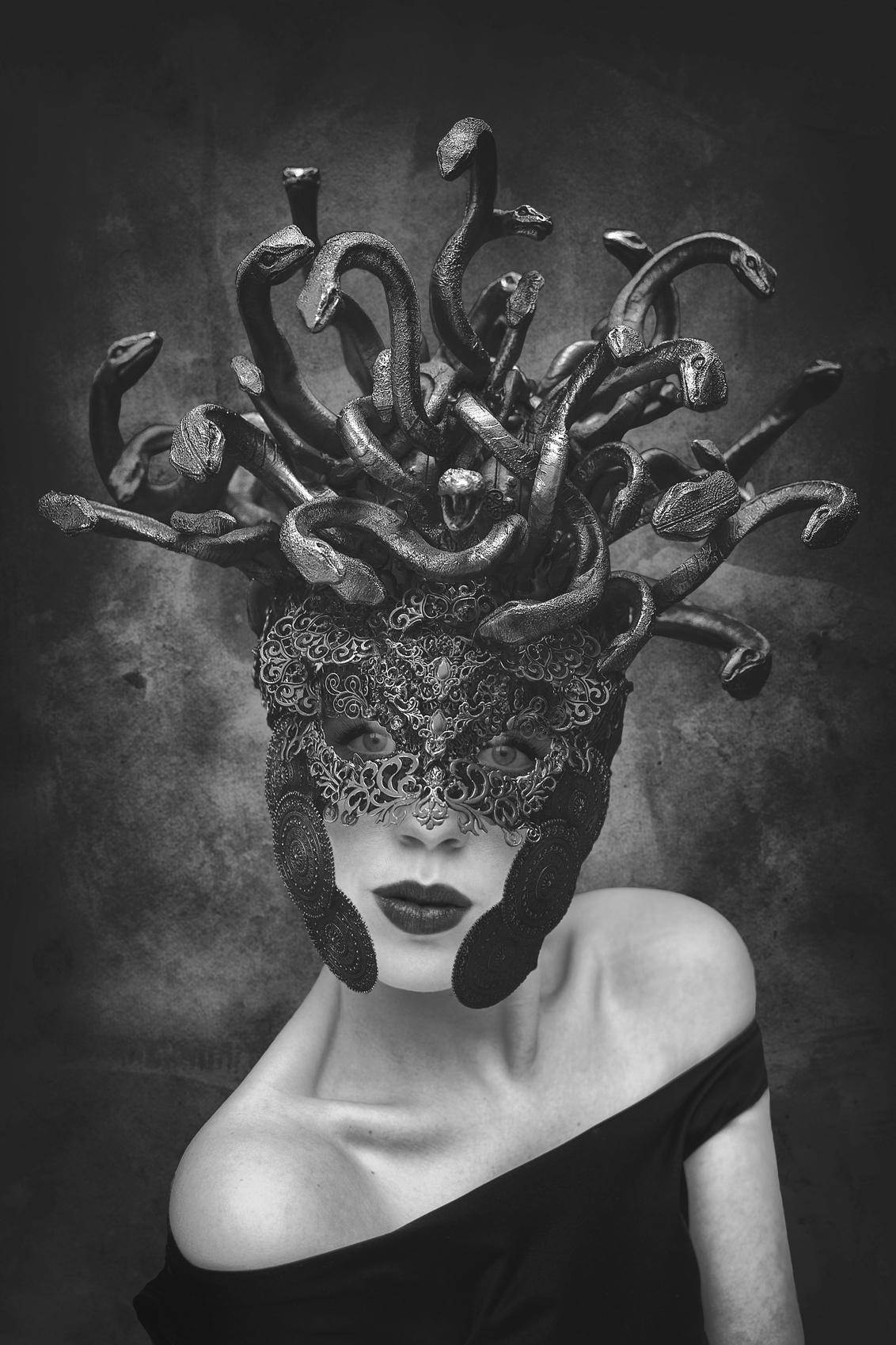Medusa - - - foto door Elianne92 op 15-01-2020 - deze foto bevat: vrouw, donker, licht, portret, schaduw, model, zelfportret, daglicht, ogen, haar, erotiek, beauty, zwartwit, emotie, photoshop, visagie, 50mm