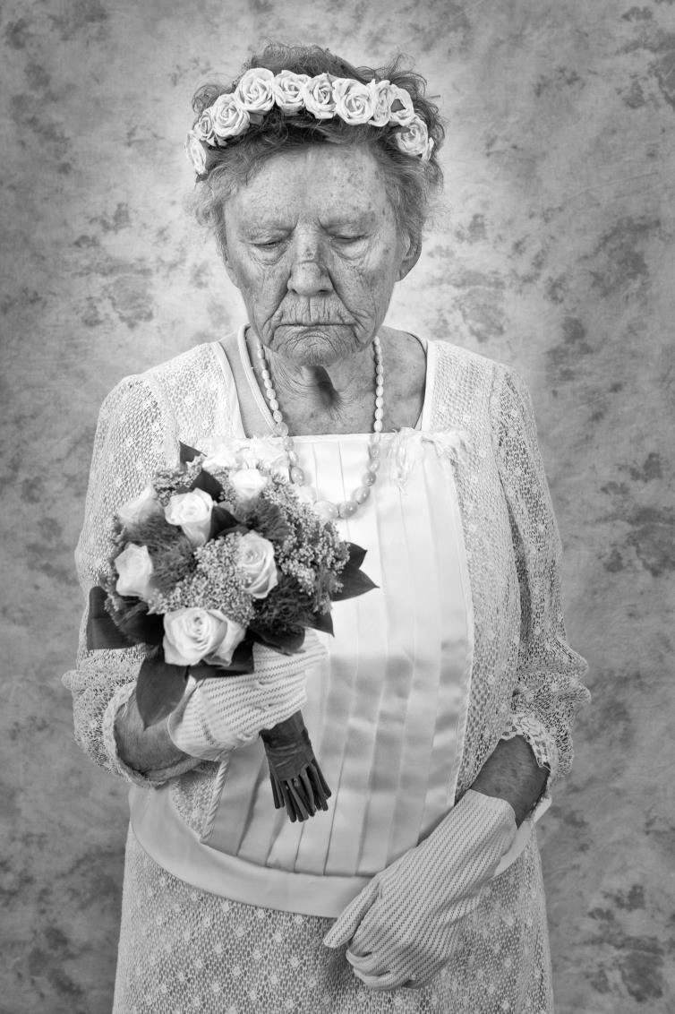 Trouw3.jpg - Wie had dit nog ooit gedacht ? - foto door rabit op 18-08-2013 - deze foto bevat: trouwen, boeket, portret, oude vrouw