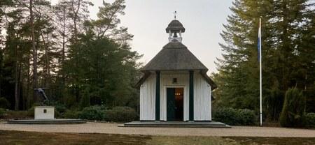 Kapel en standbeeld Ereveld Loenen - Nationaal Ereveld Loenen is de laatste rustplaats van bijna 4.000 Nederlandse oorlogsslachtoffers: militairen en burgers. Zij verloren hun leven tijd - foto door TonVeldhuizen op 03-03-2021 - deze foto bevat: beeld, monument, kerkhof