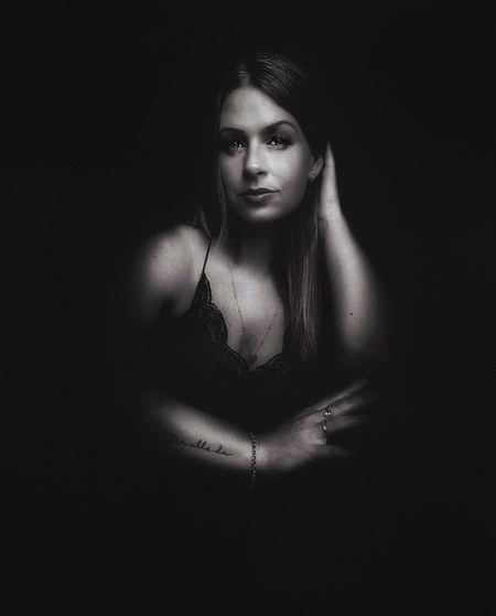 Liebe ist für alle da - - - foto door Ogenblikfoto op 05-03-2021 - deze foto bevat: vrouw, donker, licht, portret, schaduw, zelfportret, daglicht, ogen, haar, tattoo, zwartwit, emotie, blond, lowkey, Selfie