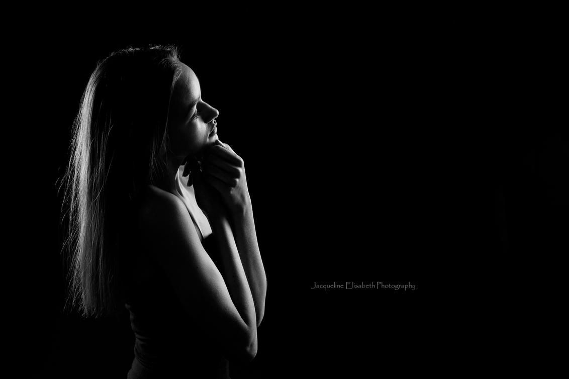 Pure - - - foto door JacquelineUiterloo op 30-03-2016 - deze foto bevat: licht, portret, schaduw, tegenlicht, meisje, zwartwit, lowkey