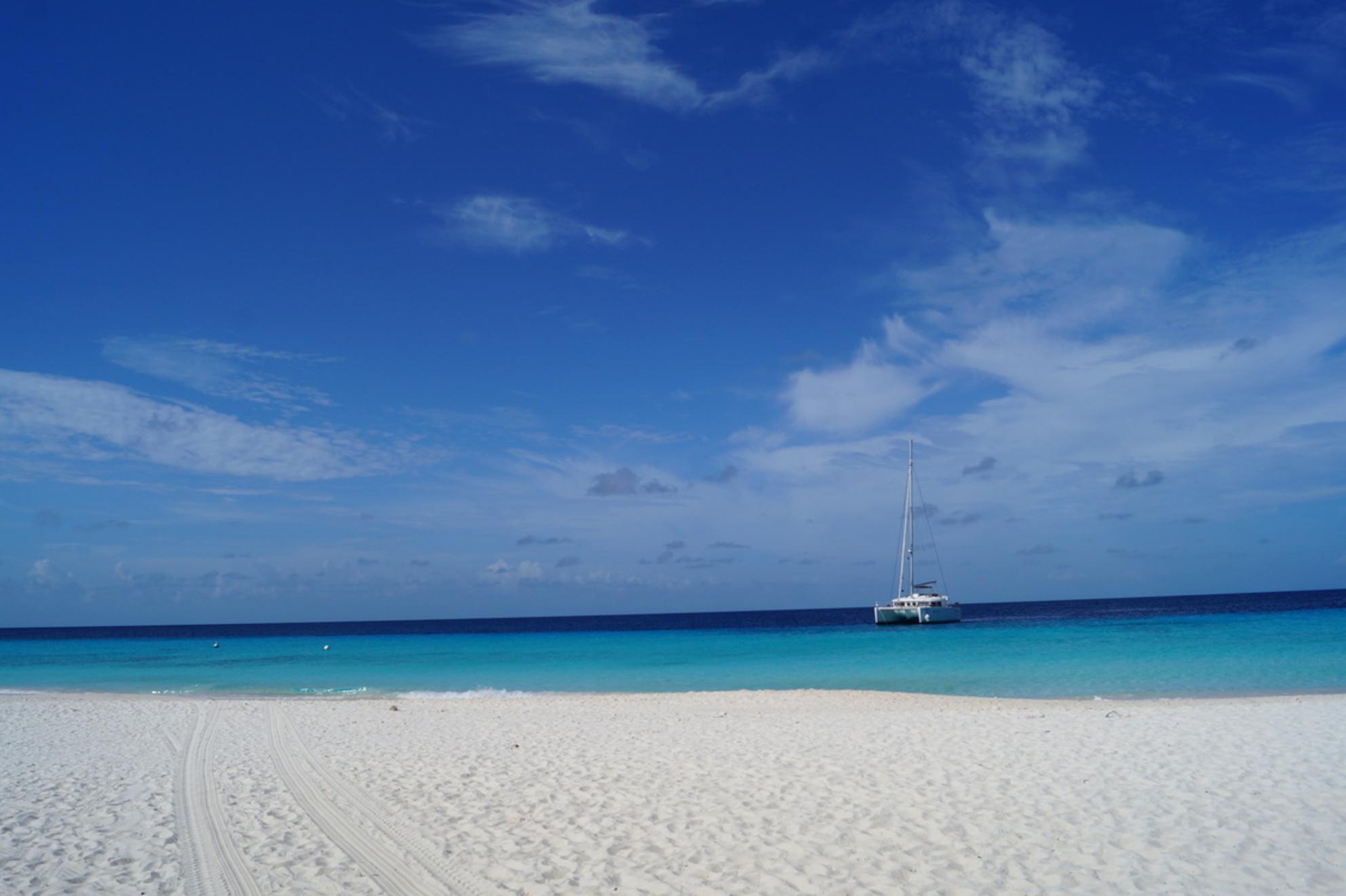 Klein Curaçao - Uitzicht vanaf het strand van Klein Curaçao, wanneer er nog niet veel toeristen zijn. - foto door SHPhotography op 18-10-2019 - deze foto bevat: zee, boot, curacao, klein curacao - Deze foto mag gebruikt worden in een Zoom.nl publicatie