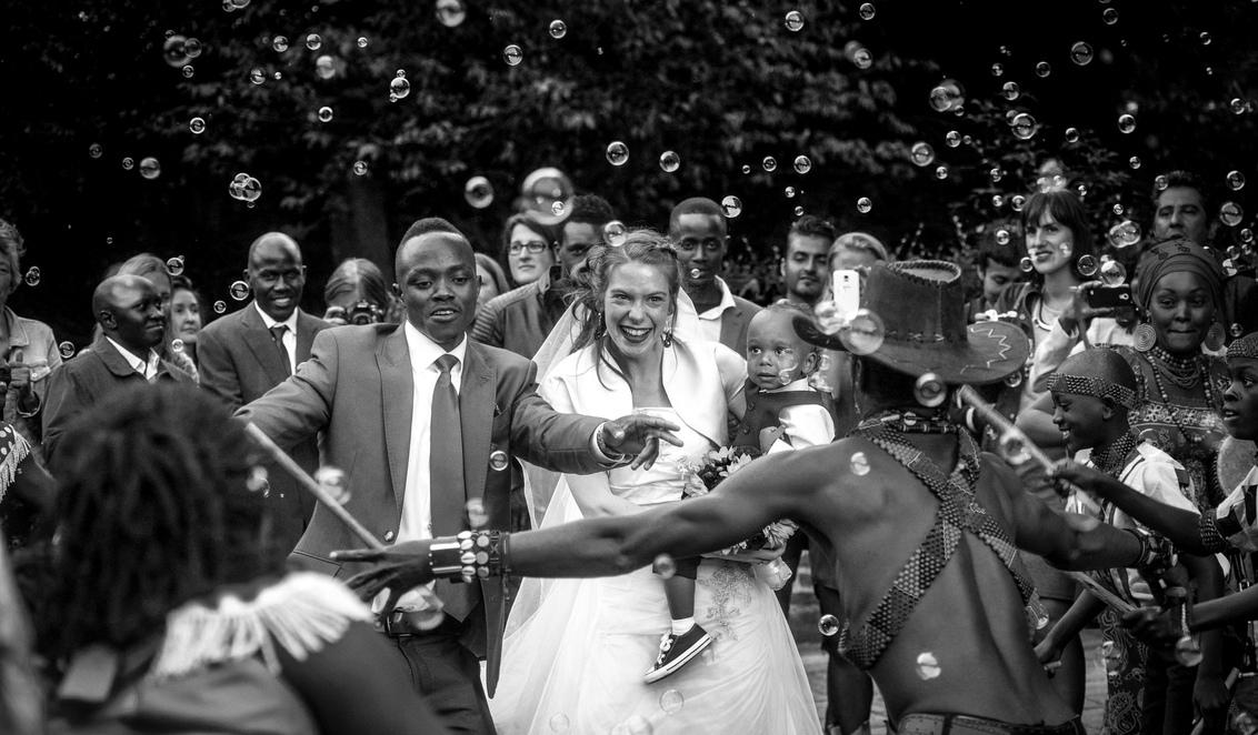 """Bruiloft D&I - """"Walking with your hands in mine and mine in yours, that's exactly where I want to be always."""" - foto door LaSanto op 22-02-2020 - deze foto bevat: mensen, kleur, licht, bellen, avond, humor, liefde, kunst, muziek, dansen, africa, bruiloft, beweging, cultuur, bellenblaas, bubbels, wedding"""