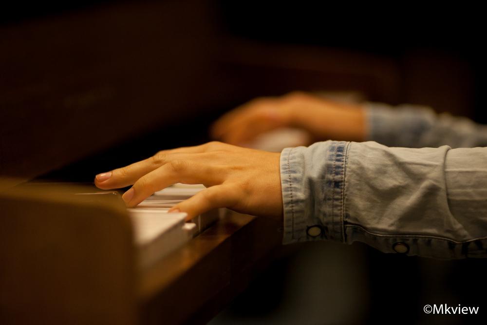 Gently - Deze foto is gemaakt tijdens een repetitie voor een theaterstuk. De pianiste begeleidde het gezelschap. In plaats van haar compleet vast te leggen he - foto door mkview op 10-11-2014