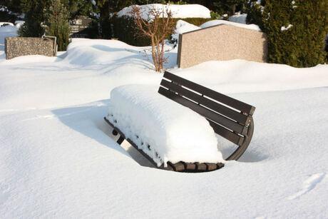 kerkhof in sneeuw
