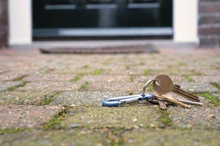 Verloren - Verloren sleutels bij een voordeur - foto door dvis op 09-09-2020 - deze foto bevat: huis, wonen, voordeur, sleutel, huisraad, bezit, inbraak