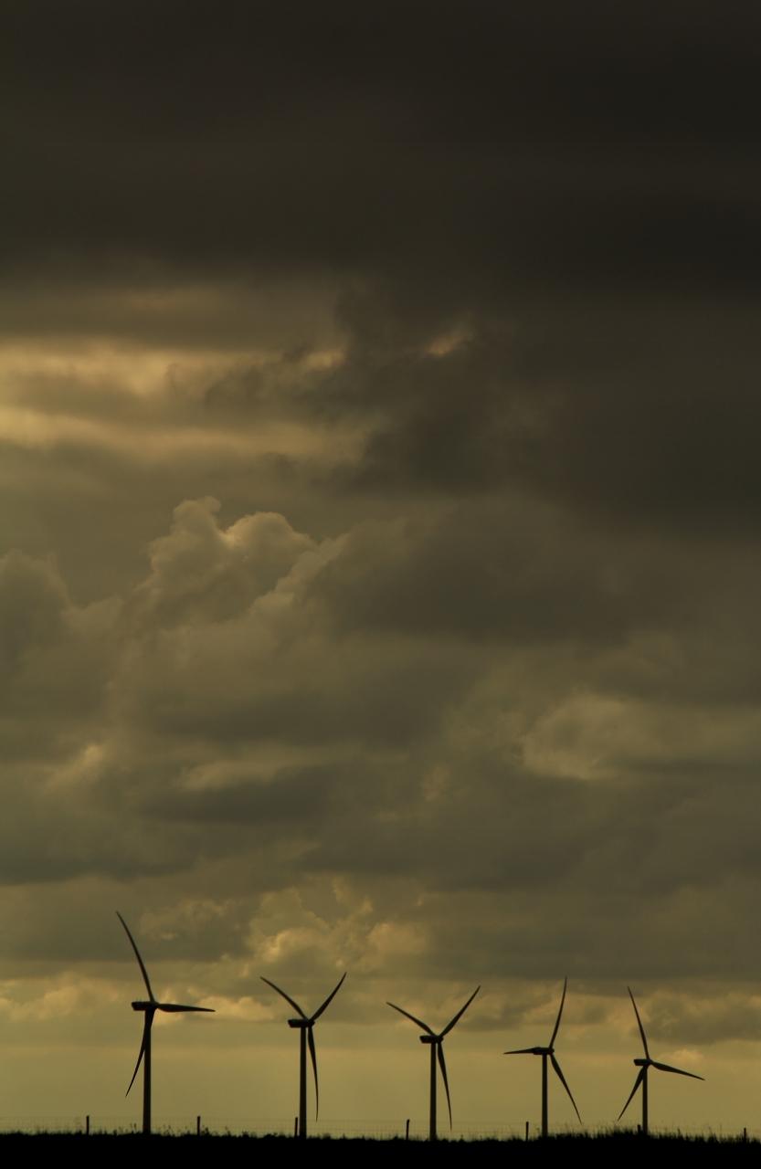 """""""laat maar waaien..."""" - """"De molen gaat niet om met de wind die voorbij is.""""  Windmolens bij de krabbenkreek. - foto door jerk op 12-11-2013 - deze foto bevat: windmolens, wind, landschap, storm, ruig, bewolkt"""
