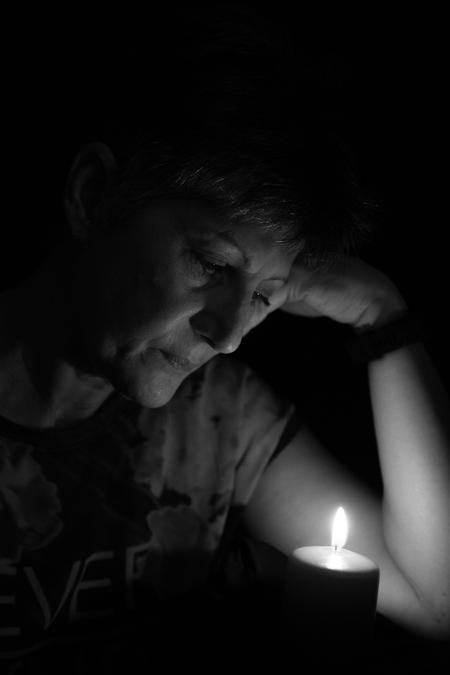 By candlelight - - - foto door candy881018 op 15-06-2017 - deze foto bevat: vrouw, donker, portret, schaduw, zwartwit, lowkey