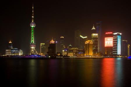 Shanghai skyline by night - De indrukwekkende skyline van de Pudong, het nieuwe economische centrum van Shanghai, gezien vanaf de Bund. - foto door tomnooijen op 18-04-2009 - deze foto bevat: tower, skyline, china, wolkenkrabber, world, pearl, shanghai, center, financial, mao, oriental, skyscraper, jin