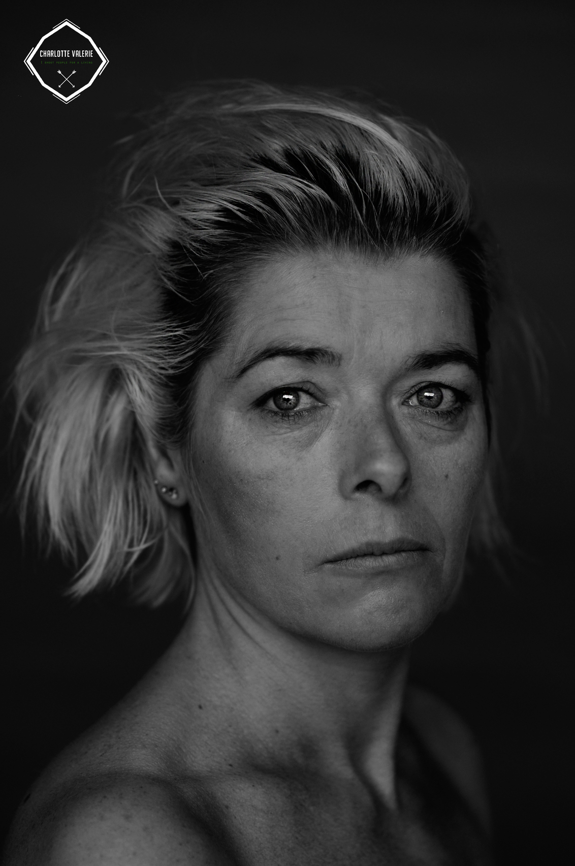 Ik ben vrij om te maken,dus dat doe ik ook - Made by Charlotte Valerie Feijen Zie ook mijn website: www.charlottevalerie.nl - foto door charlottevalerie op 19-03-2019 - deze foto bevat: vrouw, donker, licht, portret, daglicht, ogen, zwartwit, emotie, photoshop, fotoshoot