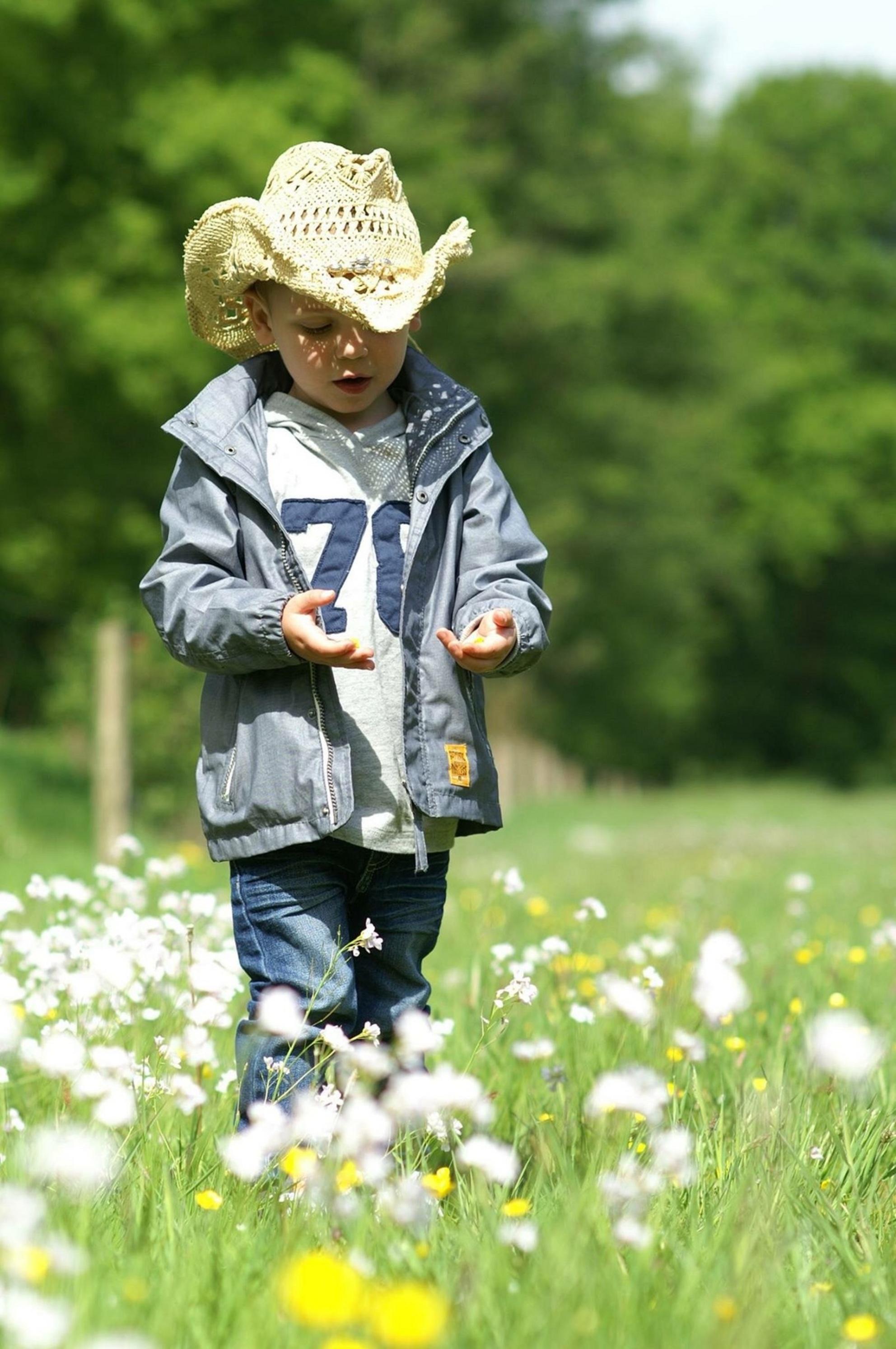 Elke dag is een mooie dag - mijn 3 jarige neefje , weet wel wat die mooi vind. Bloemen ! Heel veel bloemen ! - foto door MMMtimmermanfotografie op 29-05-2015 - deze foto bevat: groen, zon, bloem, lente, natuur, geel, licht, bos, voorjaar, nederland