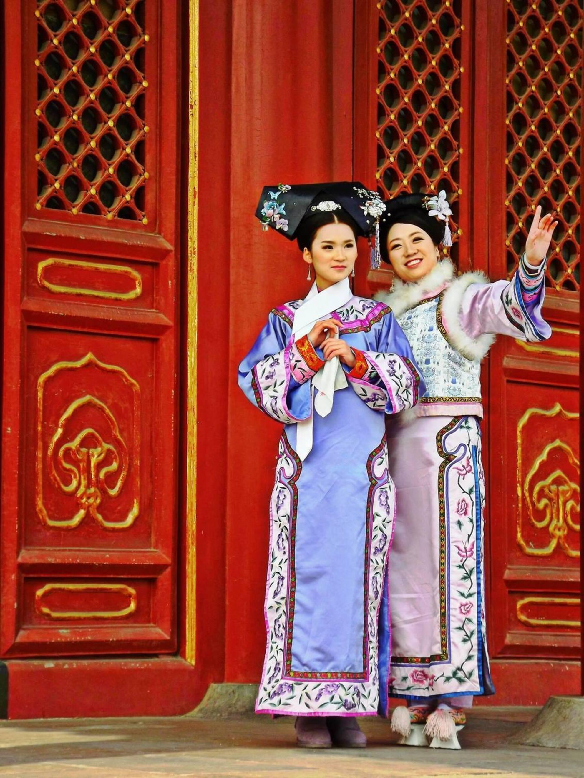 Aanschouw het Altaar des Hemels - 2 Chinese modellen poseren voor een fotoshoot in Beijing bij de tempel van de hemel. Een uitgewezen kans om deze dames mooi op de foto te zetten! - foto door thomibaluba op 02-07-2017 - deze foto bevat: modellen, china, azie, beijing, tiantan, Tempel van de Hemel, 天坛