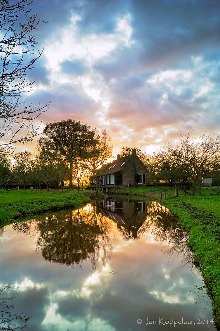 Mirror - Een al wat oudere foto die ik opnieuw bewerkt heb. De foto is genomen in Wijngaarden, Zuid-Holland. De foto is ondersteund met een ND8 soft grad. fil - foto door fotografie-2 op 16-09-2014 - deze foto bevat: lucht, kleuren, kleur, zon, water, natuur, licht, avond, zonsondergang, spiegeling, landschap, tegenlicht, bomen, rivier, wijngaarden, lange sluitertijd, jkoppelaar