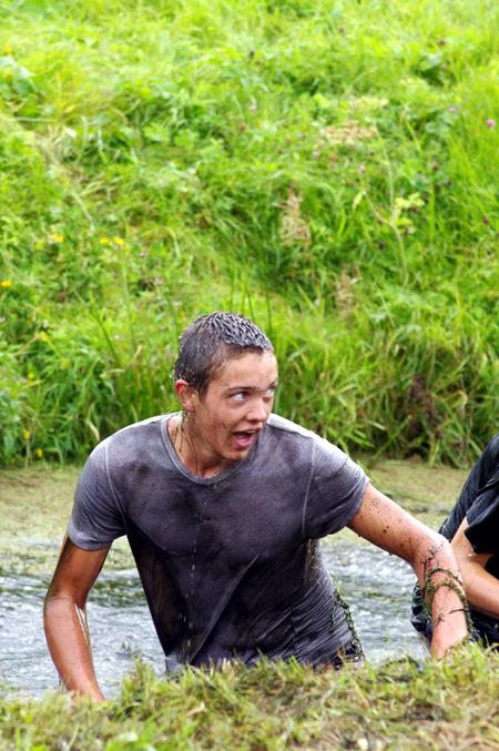 Jongen in sloot - Tijdens de snele jelle drekrace van Noordwijkerhout genomen. Ondanks het droge weer hielden de meeste deelnemers het niet droog. - foto door mozoom1958 op 07-09-2011 - deze foto bevat: Nat pak