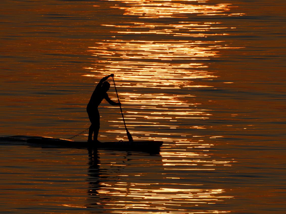 Peddler in the sunset - Ik wilde een zonsondergang fotograferen toen deze peddler voorbij kwam. Eigenlijk mooier dan de zonsondergang. - foto door RonVoskuijl op 02-03-2021 - deze foto bevat: water, zandvoort, watersport