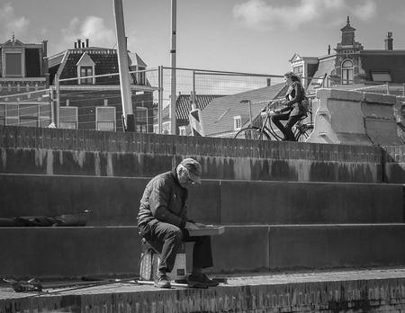 Visser - Eens kijken of ze nog willen bijten vandaag. - foto door convust op 24-08-2017 - deze foto bevat: man, gracht, visser, kade, straatfotografie, delft