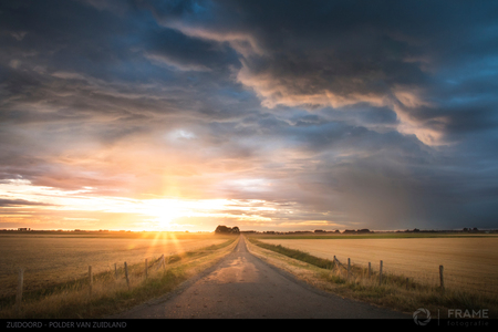 Polder van Zuidland - Dreigende luchten boven Zuidoord, de Polder van Zuidland - foto door framefotografie op 05-08-2018 - deze foto bevat: lucht, wolken, zon, dijk, panorama, natuur, licht, avond, zonsondergang, landschap, tegenlicht, polder