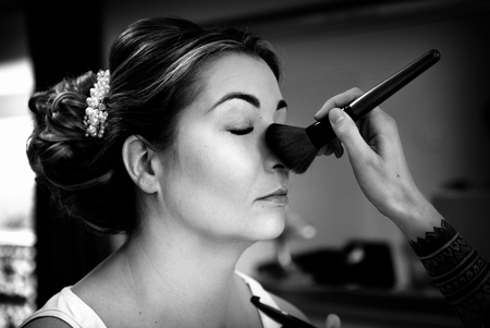 met je neus in de poeder - Gewoon met je neus volop in de poeder op je trouwdag. - foto door mandyweerd op 08-10-2019 - deze foto bevat: vrouw, daglicht, beauty, bruid, closeup, visagie