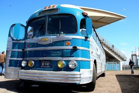busje komt zo - oude bus. American Sunday 2012 - foto door herimo op 14-05-2012 - deze foto bevat: blauw, bus, oldtimer, american, sunday