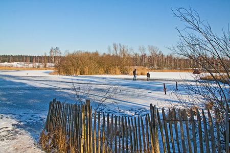 Vogelbescherming - Vandaag weer vroeg opgestaan...het vrouwtje werd om 9 uur in Lommel verwacht. Nadat ik haar keurig had afgeleverd aan het leslokaal vond ik de tijd r - foto door kosmopol op 08-02-2012 - deze foto bevat: winter, koud, wak, natuurbehoud, kosmopol, vogelbeschermers