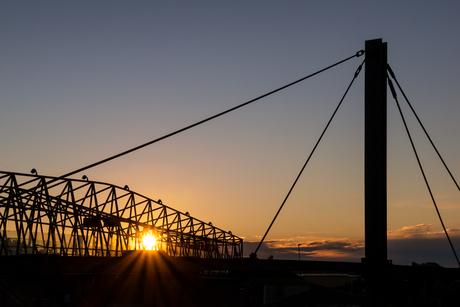 Zonsondergang achter brug
